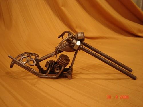 Arte con tuercas, tornillos, clavos, hierros y...