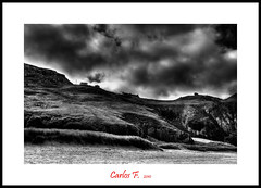 House over the cliff (Carlos F1) Tags: bw cloud costa white black byn blanco rock clouds photoshop coast scotland highlands high sand nikon rocks dynamic cloudy unitedkingdom united negro scottish kingdom escocia bn arena nubes range hdr nube rocas reino unido reinounido d300 escoces nuboso photomatix tonemapping tonemap scotlanda rispond