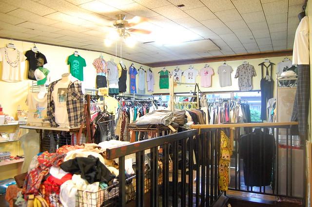 鹿沼市役所近く古着屋SHIRABEには2階もあるよ。オトコノコの服もありますから、カップルで是非! #kanuma