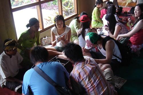 大家聚在一起做手工藝,典型的團體行程 XD