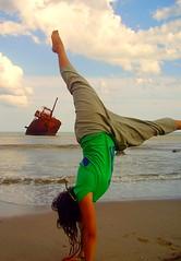 ...y la mar en coche! (Rebeldia y Alegra) Tags: verde vertical mar barco playa arena jugar marzo oxidado jarabedepalo quequen