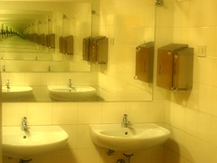 bathroom optical illusion (loryraffa15 aka... Lo.Ra.) Tags: water yellow bathroom mirror infinity toilette effect opticalillusion specchio golddragon aplusphoto proudshopper goldstaraward messebozen fierabolzano arredo08