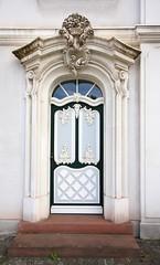 Barockportal (SteckerRaus) Tags: eingang portal tr barock kranz saarland stufe saarbrcken weis prunk sigma1020mm456exdchsm gesims bauschmuck canoneos1000d