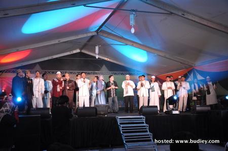 Semua artis yang terlibat menyanyikan lagu Satu Malaysia sebelum berakhirnya konsert