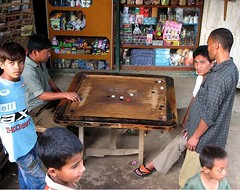 Carrom game (Linda DV) Tags: travel people india cute barn children geotagged kid child young kind criana himalaya enfant nio sikkim 2007 dziecko carrom bambino    lapsi copil dijete  dt    martam lindadevolder