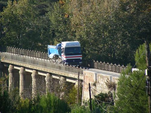 Camió sobre el pont després d'haver descarregat a Can Mata