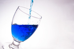 La cicuta (Luis Eduardo ) Tags: lighting blue light luz cup water glass azul backlight canon contraluz agua drink flash drop drip getty gota velocidad copa vaso highspeed strobe fill iluminacion serve bebida destello blueribbonwinner servir supershot congelar llenar luismosquera