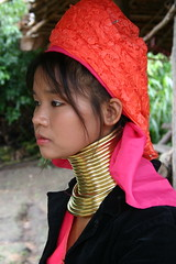 PADAUNG LONG-NECK WOMAN (hcjonesphotography) Tags: travel portrait people elephant portraits neck thailand temple pagoda necklace asia southeastasia long village faces burma traditional hill tribal karen ring rings longneck tribes chiangmai myanmar tribe ethnic brass burmese mujeres birma coils bodymodification indigenous villagers hilltribes padang hilltribe longnecktribe karentribe northernthailand padong longnecks padaung birmanie collo kayan longo birmania longneckkaren mujeresjirafa burmeseborder paduang longneckwomen giraffewomen