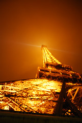 Tour Eiffel Dans Le Brouillard - 26 (Stephy's In Paris) Tags: light paris france tower luz monument fog night noche nikon torre tour monumento eiffeltower illumination eiffel lumiere toureiffel torreeiffel champdemars 75007 francia nuit niebla brouillard stephy parisnight iluminacin gustaveeiffel paris7 damedefer d80 nikond80 parisnuit monumentofparis monumentdeparis stephyinparis paris7me paris7mearrondissement parisnoche parisviime