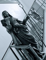 Lady with stick and book (Anoplius) Tags: anoplius sculpture statue lady woman frau dame staircase stair treppe stay stick staab book buch blackandwhite monochrome schwarzweiss abbey abtei france frankreich alsace elsass