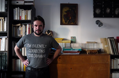 N'avoir de cesse — Je, Nanterre, 18 février 2017 (Stéphane Bily) Tags: portrait me i myself homme man grammar nanterre hautsdeseine library bibliothèque tshirt