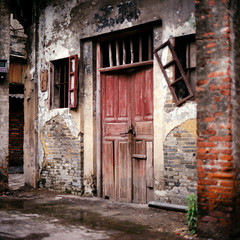 Doorstep (kenny ip) Tags: china door old house building brick abandoned 120 6x6 film broken window wall mediumformat kodak decay portra derelict doorstep chikan portra400 kaiping norita norita66 80mmf2 noritar kennyip