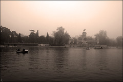 (: metamorfosis :) Tags: madrid parque lago agua arboles paisaje silueta barcas fro retiro niebla filtro gradual monocromtico remar