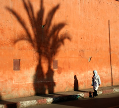 Marrakech light (Ingiro) Tags: light red woman wall morocco marocco marrakech marrakesh ingiro i500 interestingnes66