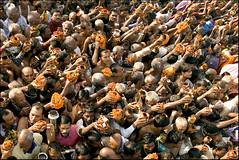Sonepur festival - Squeeze (Elishams) Tags: india colors traditional crowd culture offering hindu hinduism pilgrimage inde mela pilgrims bihar northindia indedunord sonepur