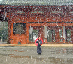 Such a warm thing, the snow (aurelio.asiain) Tags: door red snow koyasan monse aplusphoto secuenciadecincuenta