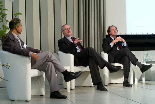 from left to right: T.K. Arun ( Resident Editor, The Economic Times, New Delhi), Bernd Ziesemer (Editor in Chief, Handelsblatt) and John Lloyd (Director of Journalism, Reuters Institute for the Study of Journalism, Oxford University