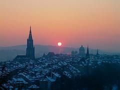 Sonnenuntergang - Sunset mit Berner Mnster ( Kirche - Church - Eglise - Chiesa ) und Altstadt der Stadt Bern im Winter im Kanton Bern in der Schweiz (chrchr_75) Tags: world old city schnee winter sunset sun s