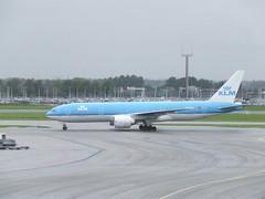KLM B777, PH-BQE (sohvimus) Tags: holland airplane airport aircraft airplanes thenetherlands aeroplane boeing klm schiphol 777 ams aeroplanes noordholland vliegtuig eham boeing777 luchthaven haarlemmermeer b777 northholland lentokone lentoasema hollanti amsterdamairportschiphol lentokenttä royaldutchairlines skyteam boeing777200 alankomaat airfranceklm phbqe boeing777200er schipholamsterdam luchthavenschiphol boeing777206