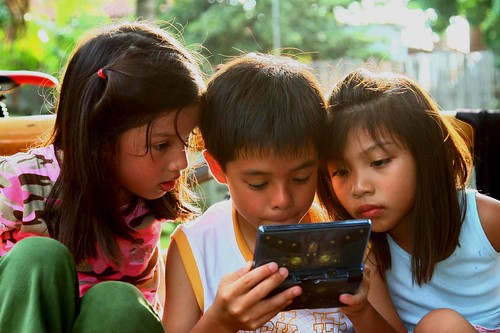 boy girl electronic game playing Buhay Pinoy Philippines Filipino Pilipino  people pictures photos life Philippinen