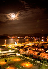 alta noite j se a... (VanMagenta) Tags: floripa brazil brasil magenta florianopolis lua luzes van reflexo beiramar cheia vanmagenta