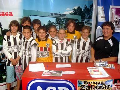 Jugadores de la Clase 1.995 del C.A.I. junto al D.T. Rafael Lenarduzzi en Radio-Imagen