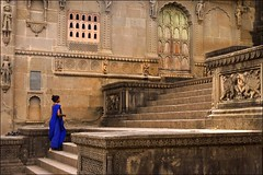 L'Inde ternelle - Bleu, Maheshwar (Elishams) Tags: woman india elephant temple princess indian femme traditional culture imagine ghat madhyapradesh northindia  maheshwar indedunord maheswar abigfave 50millionmissing superbmasterpiece diamondclassphotographer