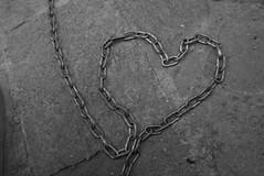 amor en cadena (serie formas del amor) (Analía Acerbo Arte) Tags: bw love blancoynegro heart amor corazon cadena