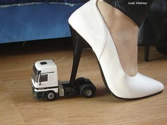 Pump blanco y tacn negro ... 1 (lady_dulciny_boots) Tags: white black pumps highheels pants mercedesbenz lack diosa mycollection actros charol ladydulciny