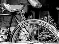 chiaccherando (Monia Sbreni) Tags: street travel bw india blancoynegro bicycle wheel blackwhite women asia strada ben noiretblanc zwartwit indian 2006 bn hero indie donne rays rim schwarzweiss kolkata bengal pretoebranco bianconero calcutta biancoenero reportage raggi bicicletta bengali blanconegro svartvitt blackandwithe bengala cerchione blancnegre moniasbreni reportase