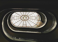 Caracola. (javier1949) Tags: stairs arquitectura escalera bruselas cristal espiral belgica vidrieras modernismo caracol escaleras lucernario museos peldaos platinumheartaward theperfectphotographer fanflickrtastic unusualviewsperspectives