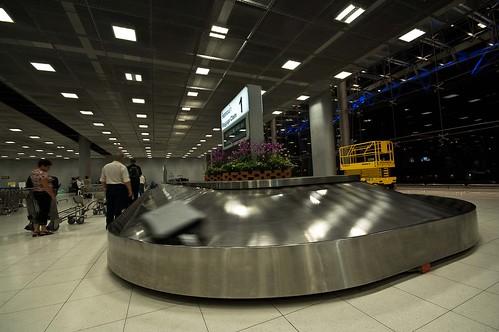 2391393336 40b1c00562 Curioso servicio para viajeros, transporte de maletas