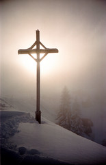 Sun / fog / snow / cross (schoeband) Tags: winter snow film fog 35mm schweiz switzerland lomography cross suisse lomolca svizzera fujicolorsuperia100 caspardavidfriedrich klewenalp nidwalden aplusphoto