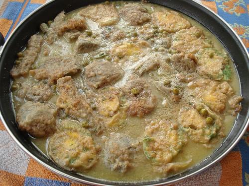 Huevos guisados con alcachofas y guisantes