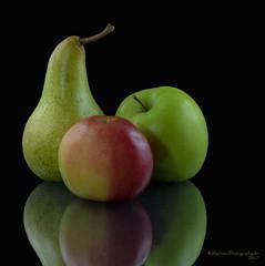 Trio in Frisch-Dur (rafischatz... www.rafischatz-photography.de) Tags: fruits lowkey apple pear reflection foods onblack stillife pentax k3