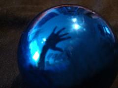 Atrapado por las Fiestas (Sebastin Daz Musico) Tags: blue natal navidad hand bola atrapado sebamusic colourartaward sebamusicfoto