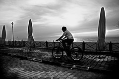 bike (B@ni) Tags: sky bw beach bike canon turkey eos kid pavement trkiye turquie trkei 1785 efs1785mmf456isusm turkije turquia ocuk kaldrm gkyz tyrkiet turchia kumsal turkki beachumbrella turkiet siyahbeyaz tyrkia bisiklet emsiye tyrkland 400d