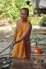 Laos: Vientiane Mönch beim Zubereiten