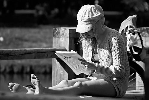 La fille qui ouvre un livre