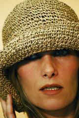 modella per un giorno... (benno78) Tags: nikon occhi sguardo cappello ragazza rossetto gesti modella cappellodipaglia nikond40x massafinalese benno78 llovemypics sanpossidonio mercatinousatoenuovo scattiamodella