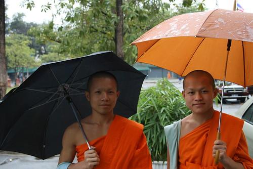 monjes con paraguas