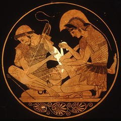 Achilles bandages the arm of his friend, Patroclus. por Myth Image