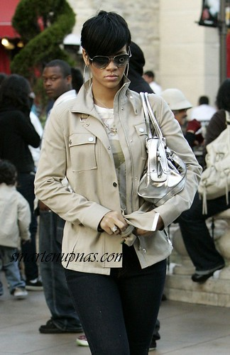rihanna walking the streets2