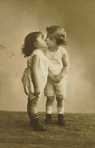 フリー画像| 人物写真| 子供ポートレイト| 外国の子供| 少女/女の子| キス/KISS| レトロ| モノクロ写真|    フリー素材|