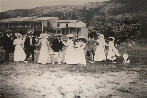 Foto Antigua de Damas y Caballeros Elegantes en la Playa | Vintage Photo of Elegant Ladies and Gents on the Beach in Mar del Plata, Argentina by rodrimdq on Flickr