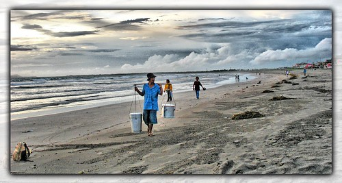 Philippines Pinoy Filipino Pilipino Buhay Life people pictures photos life rural bagasbas Camarines Norte ambulant, food, man, peddler, scene, rural, seaside,taho