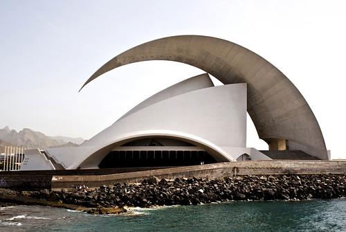 El Auditorio de Tenerife es obra del arquitecto Santiago Calatrava Valls. Se ubica en la Avenida de La Constituci?n de la capital canaria, Santa Cruz de Tenerife, y al lado del Oc?ano Atl?ntico en la parte sur del Puerto de Santa Cruz de Tenerife.