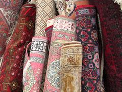 Teppiche (MKP-0508) Tags: flohmarkt fleamarket marchéauxpuces jahrhunderthalle höchst accumulations teppiche tapis carpet rug kunterbunt bariolé motley