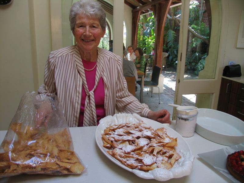 Nonna con i crostoli