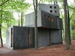Dr. Jung's Dreamhouse (John Bosma) Tags: wood sculpture house art museum architecture john recycled plaster cast concept huis figurine folly hout mller otterlo beeld muller 2007 gips reuse krllermller artisti dreamhouse otterloo hogeveluwe salvaged hoenderloo krller surfinbird youtube bosma kroller hergebruik beeldenpark gefundenesfressen superuse pjotrmller drjungsdreamhouse drjung drcarlgustavjung